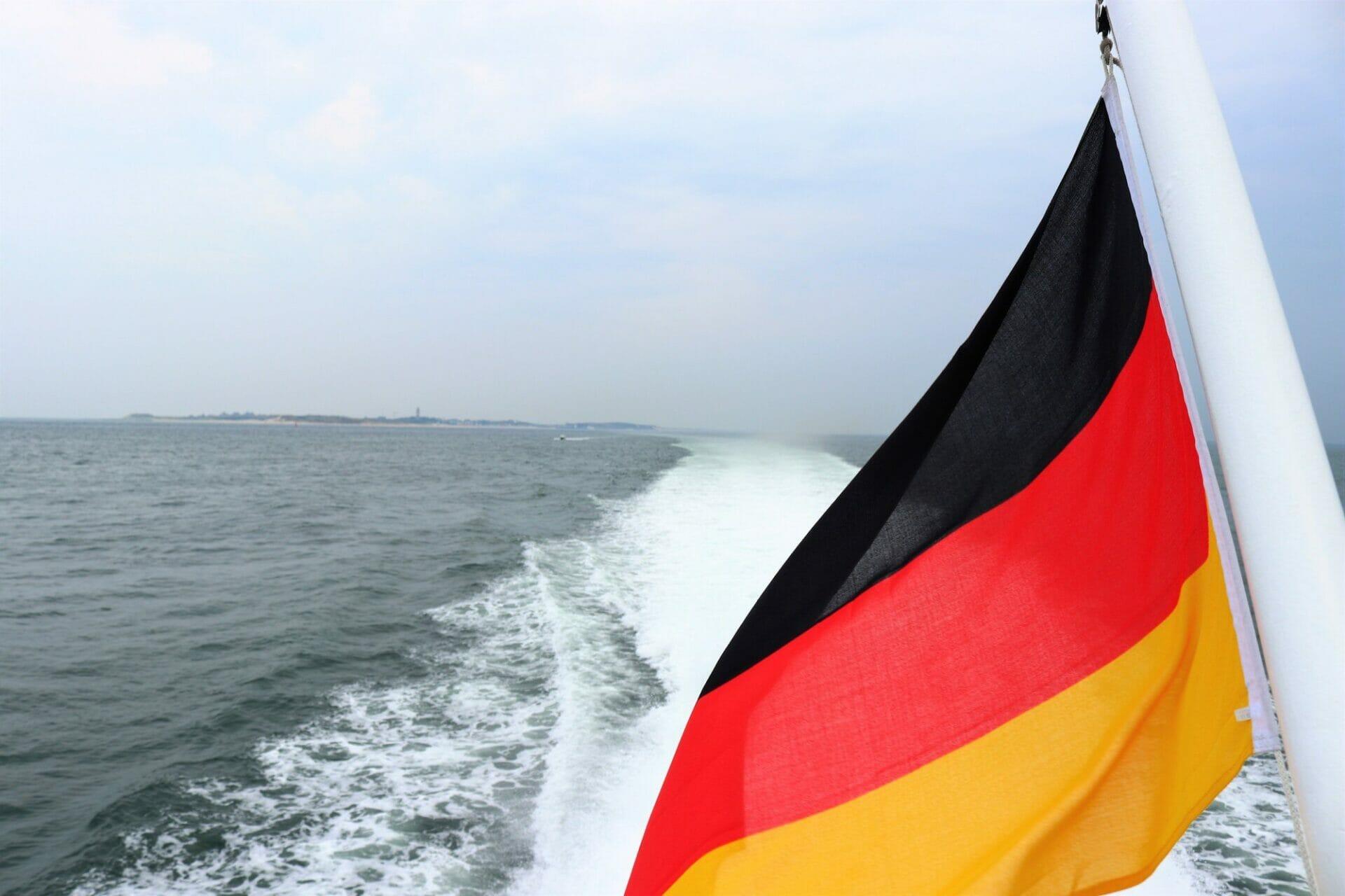 https://direitonovo.com/wp-content/uploads/2021/08/red-yellow-and-black-flag-on-beach-during-daytime_d8d948ae5ec1c87b77e758bc4a9b4b7e_2000.jpg
