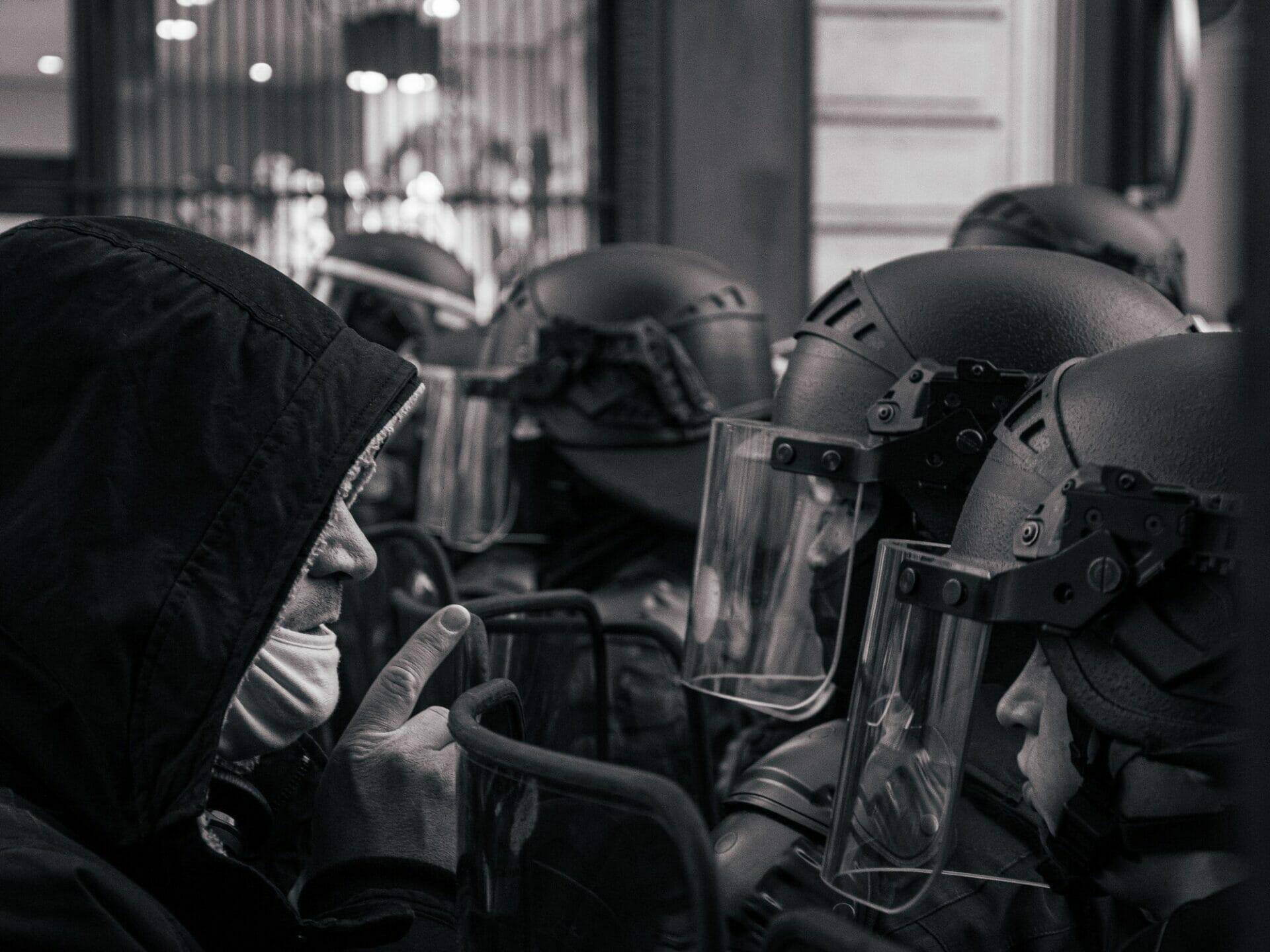 https://direitonovo.com/wp-content/uploads/2021/09/grayscale-photo-of-motorcycle-helmet-and-helmet_bb87d2f7384ba676f384150b0ce02b6f_2000.jpg